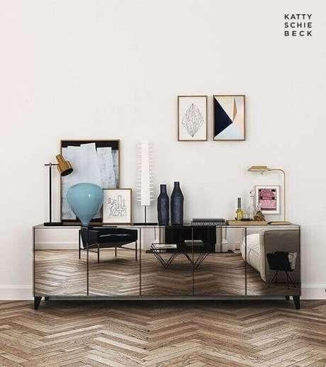 11- O aparador baixo com portas espelhadas refletem os objetos decorativos da sala. Fonte: Pinterest
