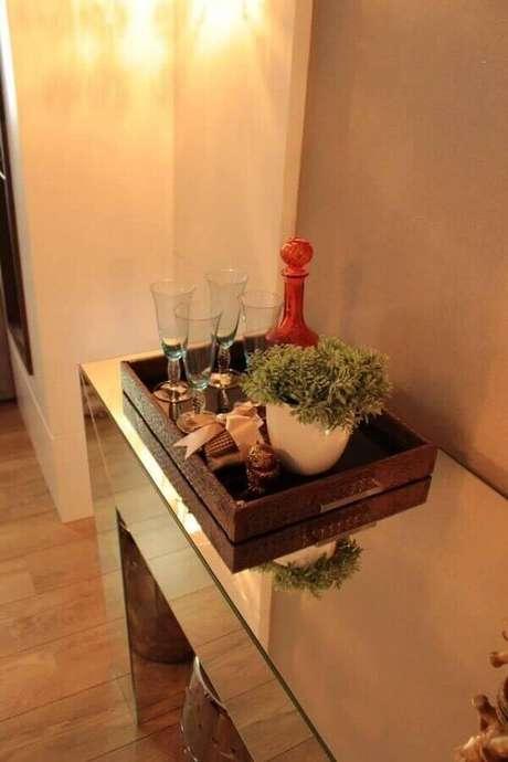12- Um minibar na bandeja sobre o aparador espelhado é destaque na decoração da sala de jantar. Fonte: Graziela Von Muhlen