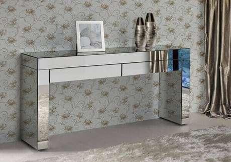 13- Um aparador espelhado com duas gavetas decora quarto de casal. Fonte: Pinterest