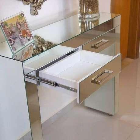 6- Aparador espelhado com gavetas organiza o espaço de minibar. Fonte: Pinterest