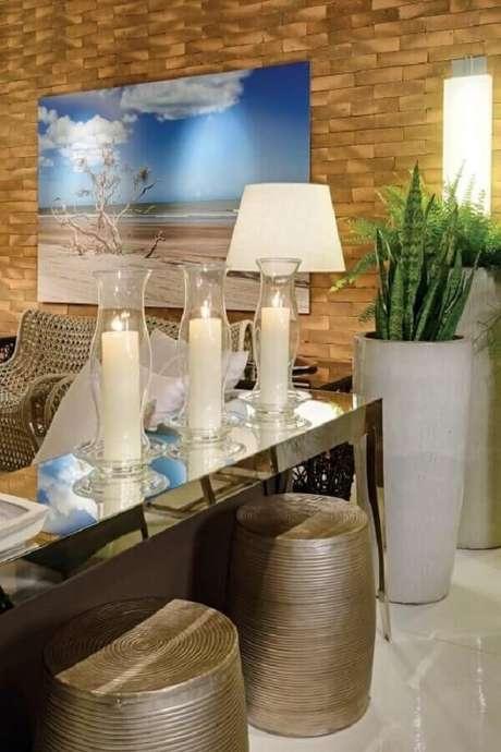 16- Aparador espelhado com banquetas embaixo decora o apartamento pequeno. Fonte: Pinterest