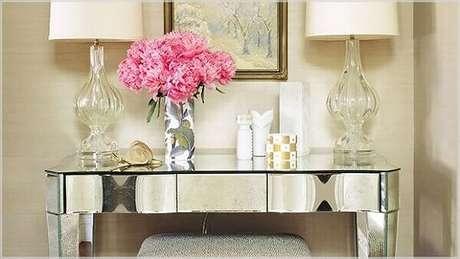 17- Aparador espelhado pequeno em madeira revestida de espelho e banqueta sob o móvel. Fonte: Pinterest
