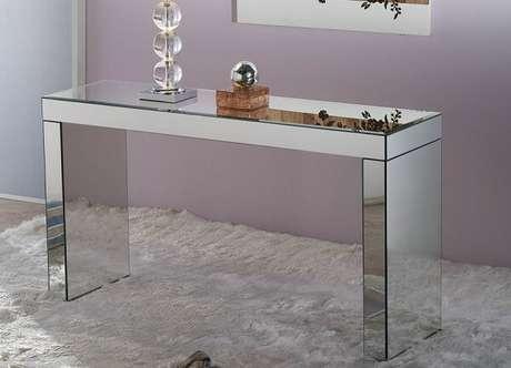 18- O aparador espelhado com linhas retas reflete a luz e a claridade ao ambiente. Fonte: Arka Design.