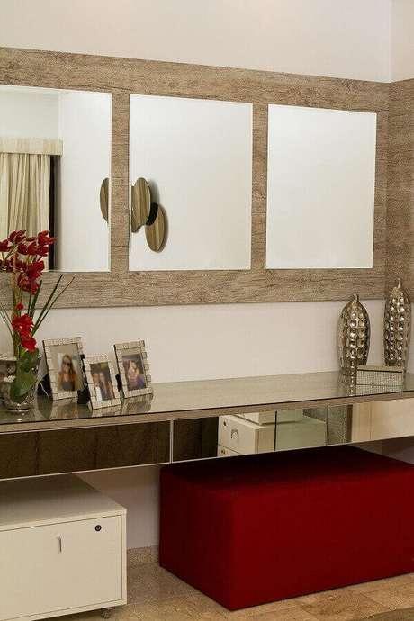 23- A mistura de vários materiais valoriza o aparador espelhado. Fonte: Célia Beatriz