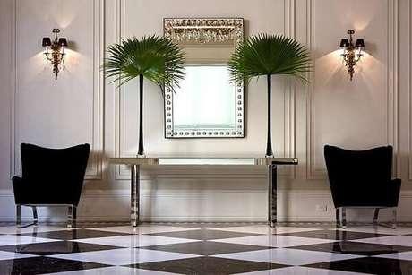 29- Aparador com linhas retas valoriza a decoração simétrica de residência. Fonte: Oscar Mikail