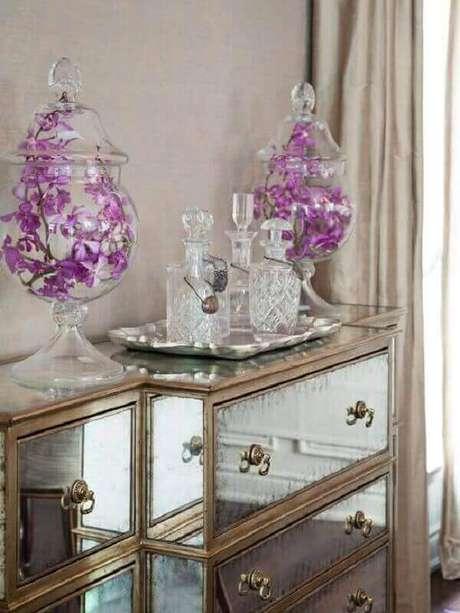 30- Aparador espelhado com gavetas se destaca pelos puxadores requintados. Fonte: Pinterest