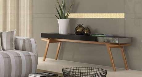 8- Aparador espelhado baixo com pés de madeira apoia objetos decorativos. Fonte: SofistiCaza