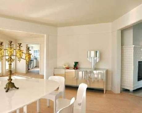 38- O aparador espelhado compõe a decoração moderna e clean. Fonte: Pinterest