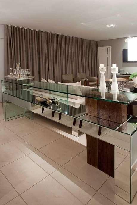 7- Aparador de vidro espelhado grande divide a sala. Foto: Luos Fábio Rezende de Araújo