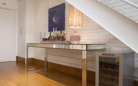45- Aparador espelhado é utilizado embaixo de escada como apoio de objetos decorativos. Fonte: Pinterest