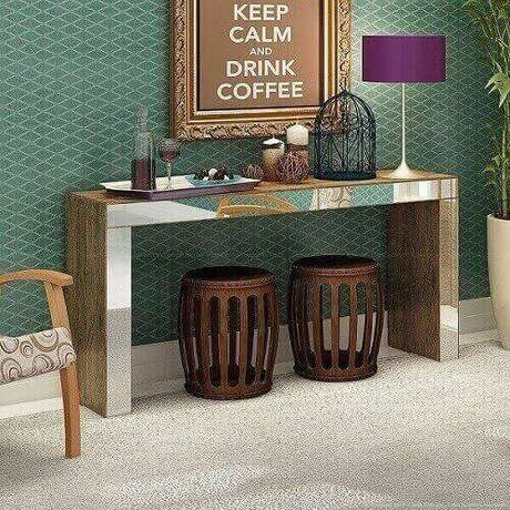 5- Aparador bar espelhado completa a decoração da sala juntamentecom vasos e quadros. Fonte: Lojas Kd.