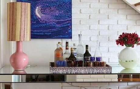 49- A bandeja com bebidas sobre aparador espelhado cria um pequeno bar. Fonte: Pinterest