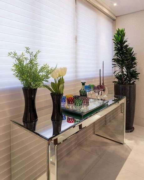 4- O aparador bar espelhado serve como apoio para bandeja com copos e garrafas de bebida. Foto: Pinterest
