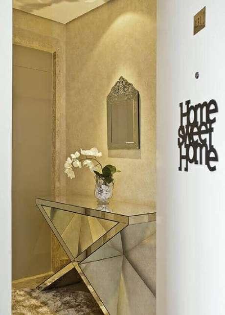 50- O hall de entrada é decorado com um aparador espelhado com base larga. Fonte: Renata tolentino arquitetura