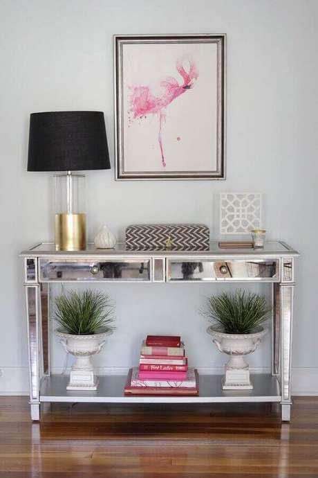 51- Aparador espelhado com gavetas decora canto de sala pequena. Fonte: Pinterest