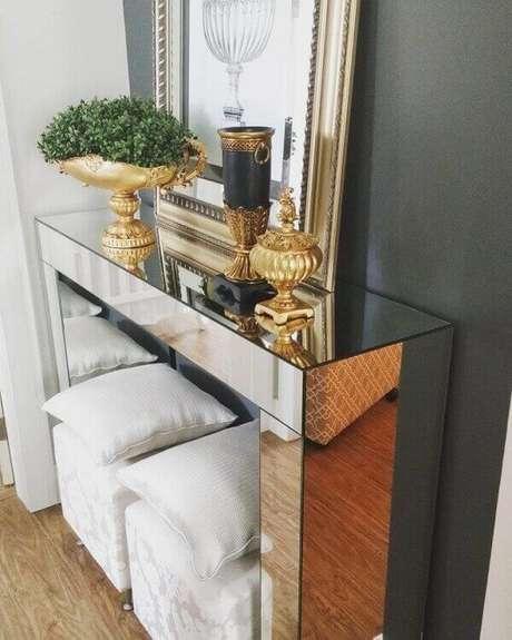 34- Um aparador espelhado é ideal para colocar em pequena parede no canto da sala. Fonte: Pinterest
