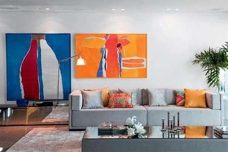 19 – Aparador espelhado reto em sala de estar. Foto: Pinterest
