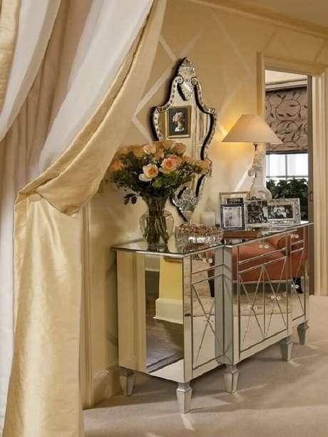 59- Modelo de aparador espelhado com acabamentos sofisticados se destaca na decoração. Fonte: Pinterest
