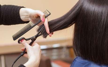 Mulher cortando cabelo curto