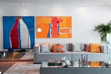 57- O aparador espelhado baixo complementa a decoração da sala de estar. Fonte: Pinterest