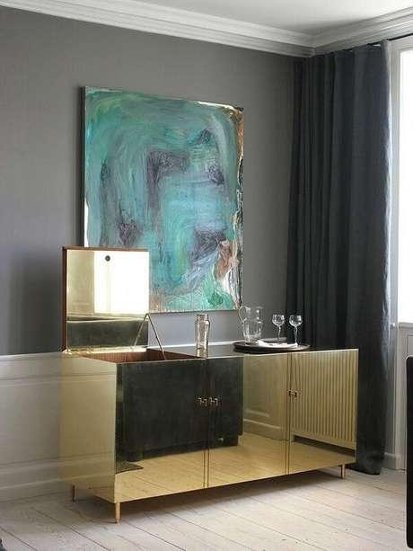 56- Que tal investir em um lindo aparador espelhado dourado? Fonte: Pinterest
