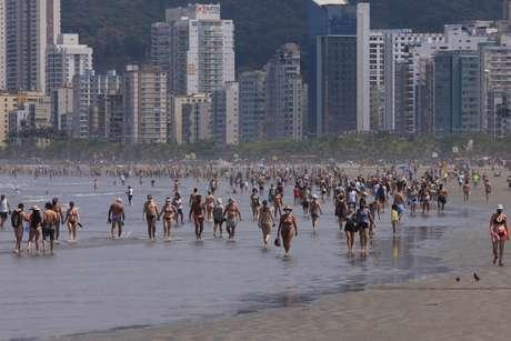 Movimentação em praia da cidade de Santos (SP), no sábado (5)