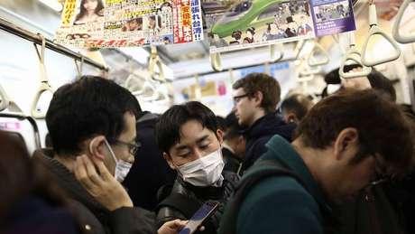 José Luis Jiménez aponta que, no Japão, o hábito de não falar no metrô pode explicar por que infecções não são tão comuns, mesmo com transporte cheio