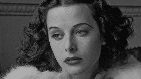 Chegou a Hollywood com um contrato de sete anos a US$ 550 semanais, com os ajustes usuais (o máximo jamais oferecido a uma novata) e um novo nome: Hedy Lamarr, mais amigável aos falantes da língua inglesa
