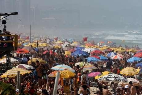 Movimentação intensa de banhistas na praia da Barra da Tijuca, na zona oeste do Rio de Janeiro