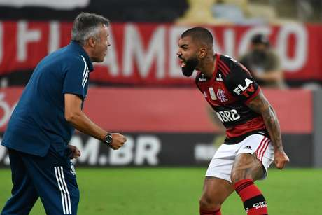 Domenèc Torrent e Gabigol comemoram gol do Flamengo
