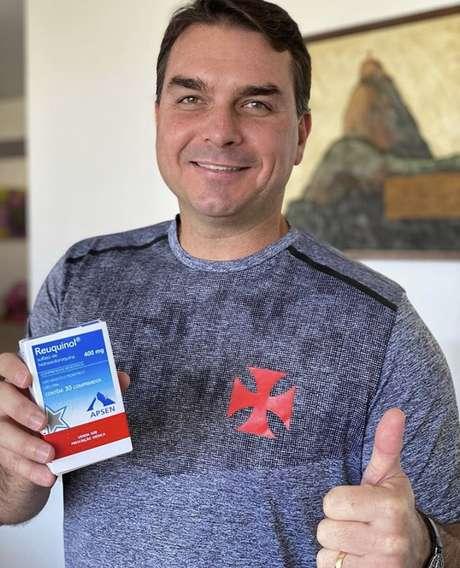 Flávio Bolsonaro posa com caixa de hidroxicloroquina na mão