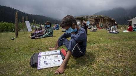 Aulas ao ar livre na Caxemira; 'ao se colocar as crianças em mais contato com a natureza, se cria uma discussão sobre as práticas de ensino'