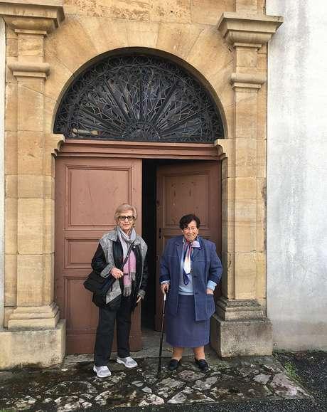 Hélène e Annie na entrada do convento