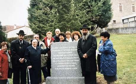 Hélène (esquerda), Annie (direita) com a Irmã Denise e o memorial - Albert Seifer está parado atrás