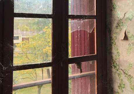 Uma janela no local que já foi o dormitório infantil