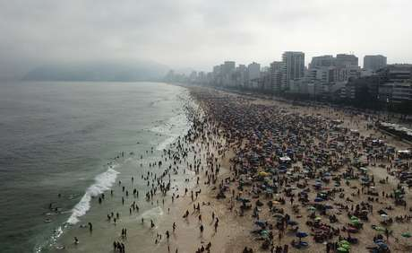 Pessoas se aglomeram na praia de Ipanema, em meio à pandemia do coronavírus. 6/9/2020. REUTERS/Pilar Olivares