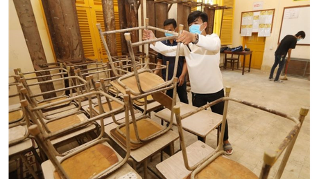 Escola sendo preparada para reabertura no Camboja; tamanho das turmas é critério crucial, diz OCDE