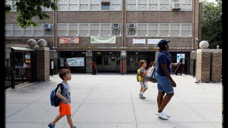 """Como e quando reabrir escolas, lembra o relatório, """"é uma das decisões mais difíceis e sensíveis das agendas políticas"""" da atualidade"""