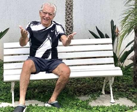 O apresentador de 'A Praça é Nossa',Carlos Alberto de Nóbrega, no banco da casa dele, em São Paulo