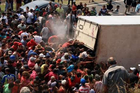 Caminhão carregado de carnes é saqueado após tombar na Rodovia Régis Bittencourt
