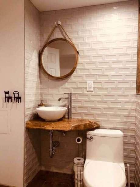 9. Decoração simples com revestimento 3D e espelho redondo para banheiro com alça de corda – Foto: Pinterest
