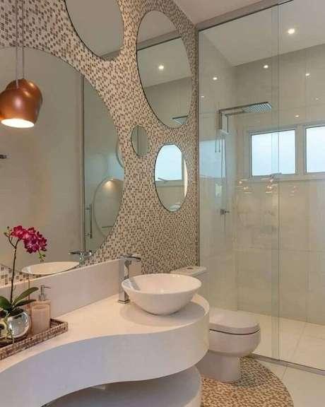 2. Conforme o modelo e tamanho é possível usar vários espelhos para banheiro redondo – Foto: Iara Kilaris