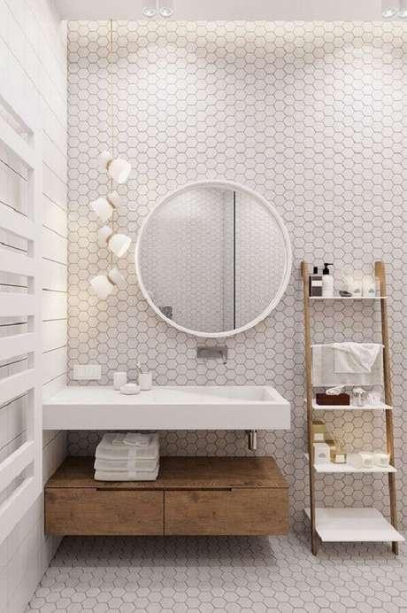 11. Banheiro branco moderno decorado com espelho redondo para banheiro com moldura e revestimento colmeia – Foto: Pinterest