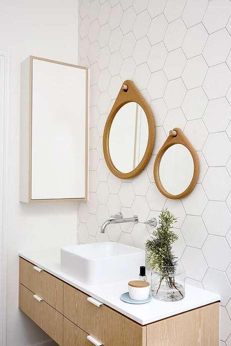 12. O espelho redondo para banheiro com moldura de madeira deu um toque charmoso no ambiente todo branco – Foto: Archilovers