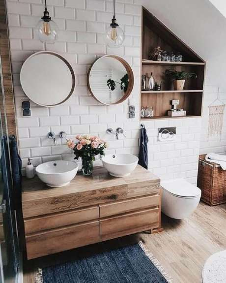 13. Decoração com estilo rústico com espelhos para banheiro redondo com gabinete e nichos de madeira – Foto: Pinterest
