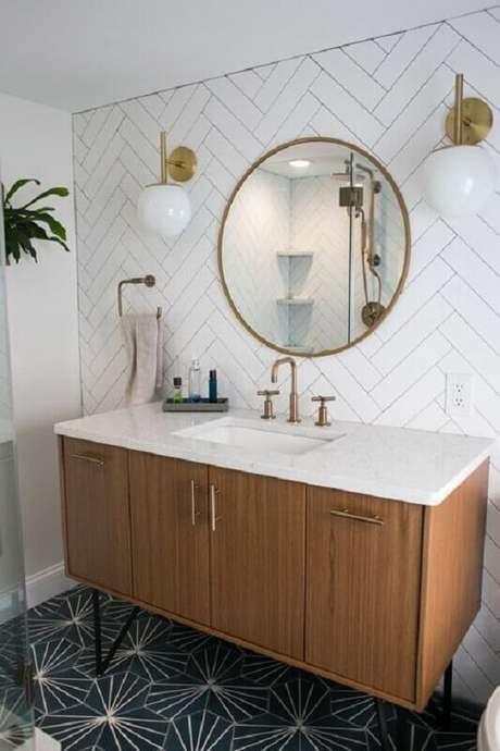 14. Decoração com espelho redondo para banheiro com gabinete de madeira e arandela redonda – Foto: Pinterest