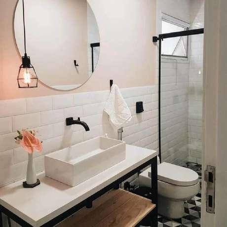 6. Banheiro simples decorado com espelho redondo sem moldura – Foto: Casa 446