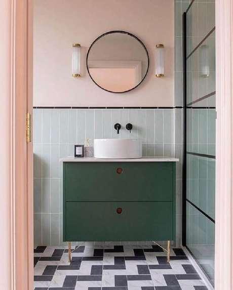 15. Banheiro colorido com estilo retrô decorado com espelho redondo – Foto: Pinterest