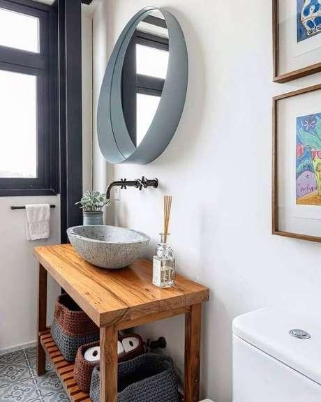 16. Decoração de banheiro simples com espelho redondo moderno – Foto: Anna Parisi