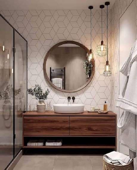 19. Decoração com espelho redondo para banheiro com moldura de madeira e luminária aramada – Foto: Archilovers